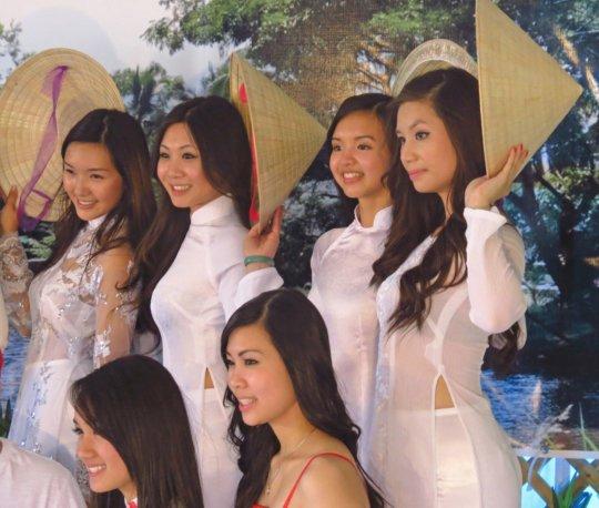 【エロ民族衣装】ベトナムのアオザイというパンツもブラも透けまくりな民族衣装、これは視姦不可避wwwwwwwww(画像30枚)・28枚目