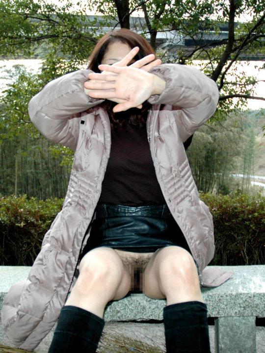 【ノーパン】露出狂まんさん、何も穿いてないお股をおっ広げる・・・(86枚)・27枚目