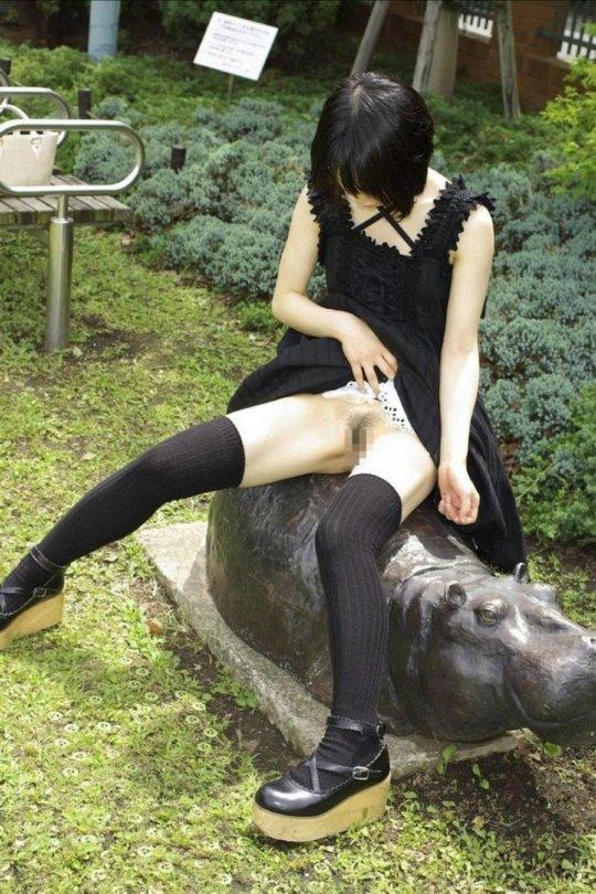 【ノーパン】露出狂まんさん、何も穿いてないお股をおっ広げる・・・(86枚)・32枚目