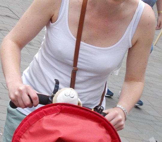 """【パイスラ街撮り】外国人ネキの街撮り""""パイスラ画像""""、なんで乳首勃ってんのwwwwwwwww(画像30枚)・25枚目"""
