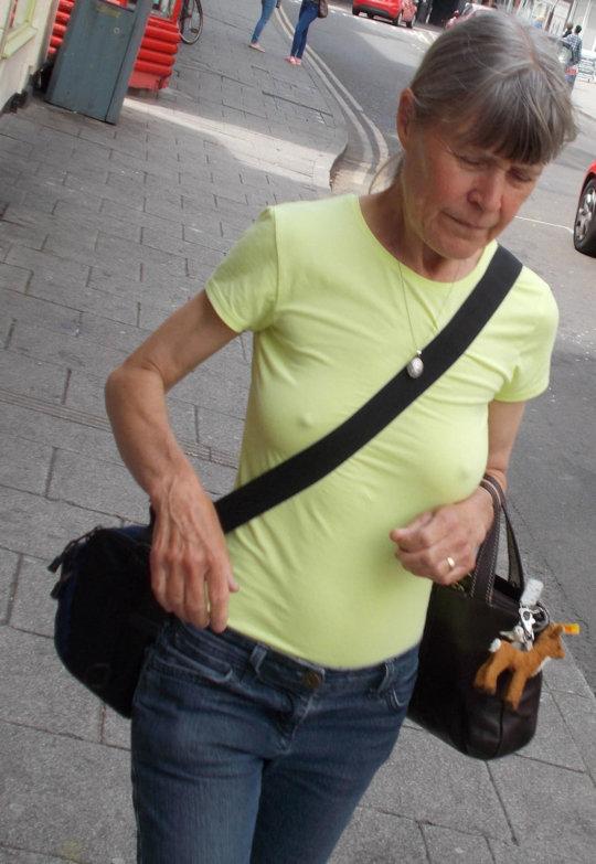 """【パイスラ街撮り】外国人ネキの街撮り""""パイスラ画像""""、なんで乳首勃ってんのwwwwwwwww(画像30枚)・30枚目"""