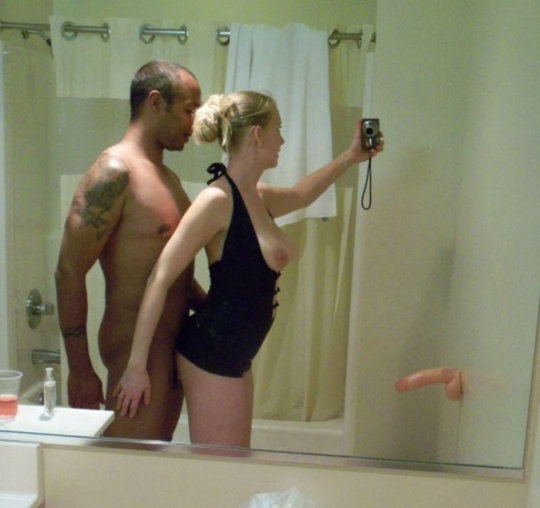 【素人ハメ撮り】外国人素人カップルのプライベート鏡ハメ撮り、クッソ笑顔で楽しそうwwwwwwwww(画像30枚)・20枚目