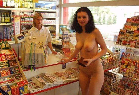 【露出外人】外でも店内でも露出しまくりの外人まんさん、皆クッソ笑顔で草wwwwwwww(画像30枚)・21枚目