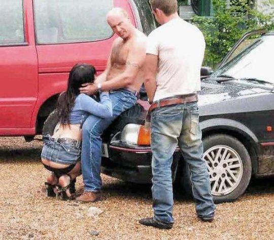 【海外カーセックス】海外のカーセックス勢、大きな身体が祟ってほぼ車の横での野外ファック状態でワロタwwwwwwwwwwww(画像30枚)・2枚目