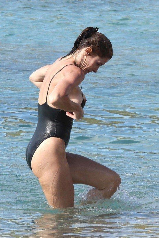 【水着ポロリ】やたら露出の高い外人ネキの極少水着、そりゃこんなん付けてたら当然こうなるよ・・・・・・(画像30枚)・26枚目