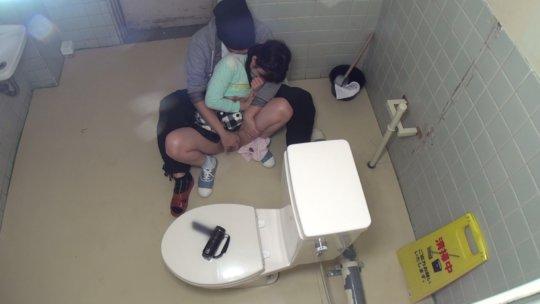 【トイレレイプ】公衆便所という都会では恰好のレイプスポット、そりゃみんなコンビニのトイレ使うわ・・・・・・(画像)・2枚目