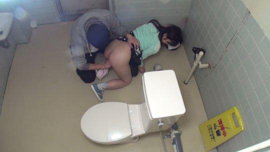 【トイレレイプ】公衆便所という都会では恰好のレイプスポット、そりゃみんなコンビニのトイレ使うわ・・・・・・(画像)・3枚目