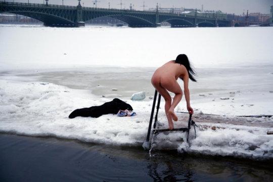 【ヌード寒中水泳】美女大国ウクライナの寒中水泳大会、何故か全員マッパでクッソ楽しそうにしてる件wwwwwwwwwww(画像30枚)・2枚目
