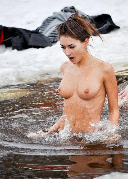 【ヌード寒中水泳】美女大国ウクライナの寒中水泳大会、何故か全員マッパでクッソ楽しそうにしてる件wwwwwwwwwww(画像30枚)・8枚目