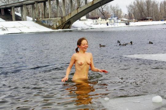 【ヌード寒中水泳】美女大国ウクライナの寒中水泳大会、何故か全員マッパでクッソ楽しそうにしてる件wwwwwwwwwww(画像30枚)・13枚目