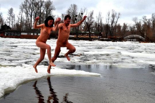 【ヌード寒中水泳】美女大国ウクライナの寒中水泳大会、何故か全員マッパでクッソ楽しそうにしてる件wwwwwwwwwww(画像30枚)・15枚目