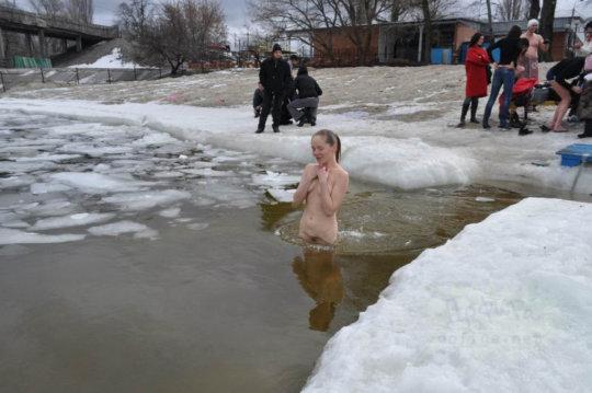 【ヌード寒中水泳】美女大国ウクライナの寒中水泳大会、何故か全員マッパでクッソ楽しそうにしてる件wwwwwwwwwww(画像30枚)・22枚目