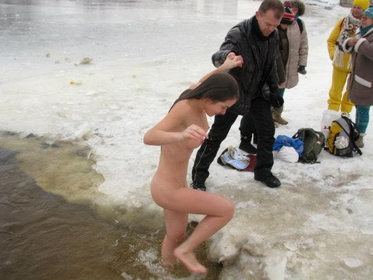 【ヌード寒中水泳】美女大国ウクライナの寒中水泳大会、何故か全員マッパでクッソ楽しそうにしてる件wwwwwwwwwww(画像30枚)・23枚目