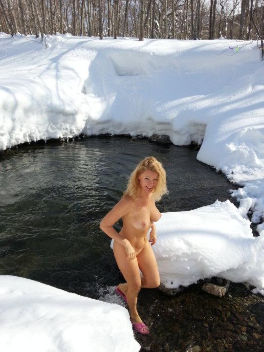 【ヌード寒中水泳】美女大国ウクライナの寒中水泳大会、何故か全員マッパでクッソ楽しそうにしてる件wwwwwwwwwww(画像30枚)・26枚目