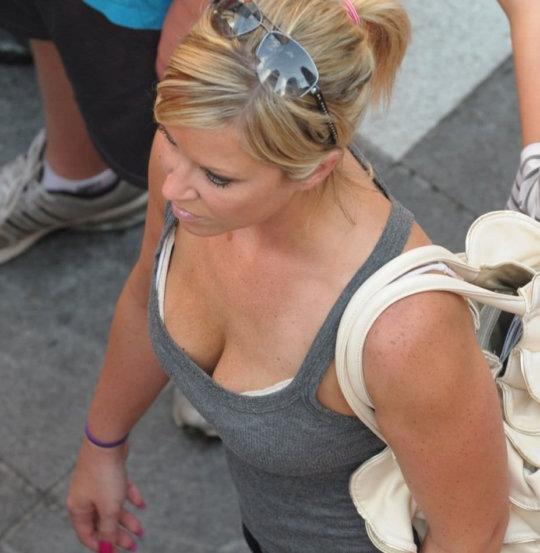 タンクトップのエロい海外女子が普通に街中にいるってヤバくない?wwwww(121枚)・1枚目