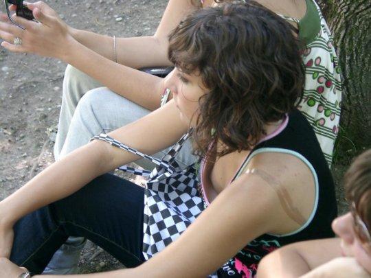 タンクトップのエロい海外女子が普通に街中にいるってヤバくない?wwwww(121枚)・8枚目