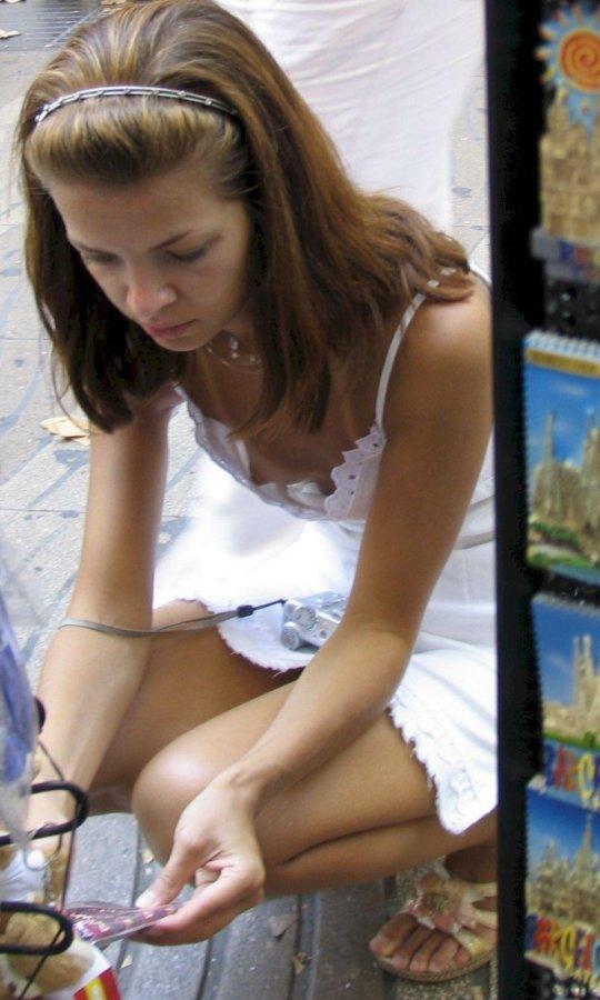 タンクトップのエロい海外女子が普通に街中にいるってヤバくない?wwwww(121枚)・25枚目