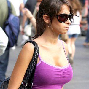 タンクトップのエロい海外女子が普通に街中にいるってヤバくない?wwwww(121枚)・36枚目