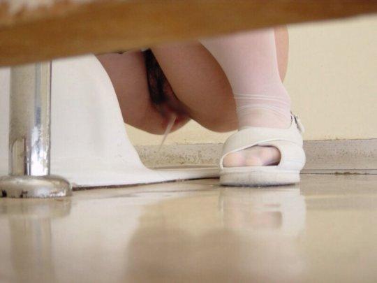 【トイレ盗撮】中国人女子がトイレ中に盗撮カメラと目が合うwwwwwwww(画像あり)・2枚目