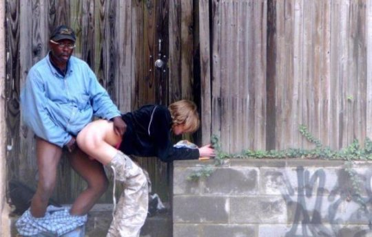 【売春エロ】3ドルでセックスできる売春婦。幼い娘からBBAまで・・・・(画像あり)・17枚目