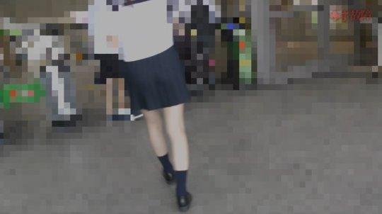 【犯罪】小型カメラで盗撮する痴漢がJKに中出しする衝撃映像を販売する。・2枚目