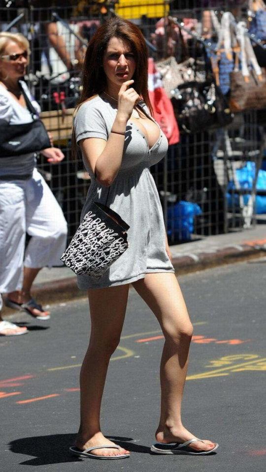 【巨乳エロ】街撮りした素人娘のデカいおっぱいをご覧くださいwwwww(24枚)・6枚目