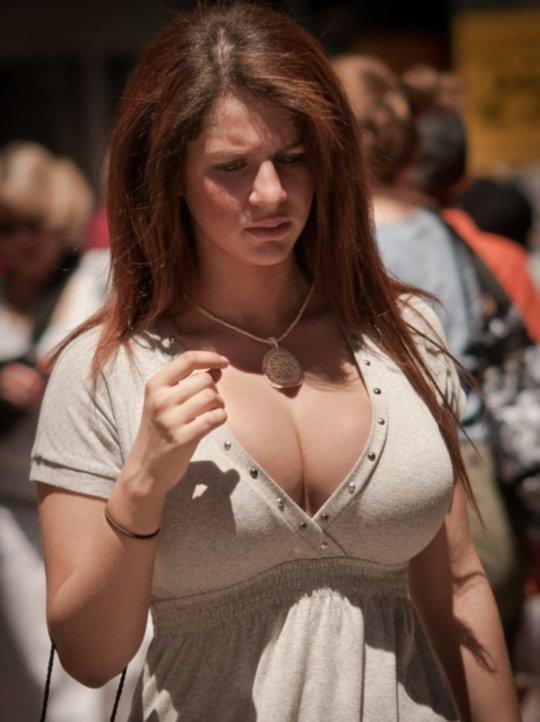 【巨乳エロ】街撮りした素人娘のデカいおっぱいをご覧くださいwwwww(24枚)・18枚目