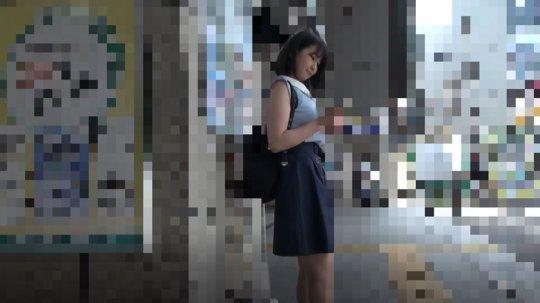 【盗撮動画】パンツを撮影され手マンされた女の子、動画を販売される・・・・1枚目