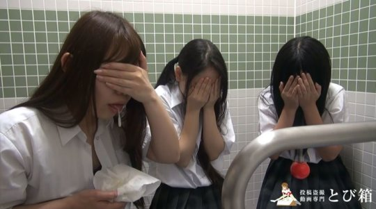 【※ヤバイ】多目的トイレに女子学生を3人連れ込んでヤッた奴の映像・・・・27枚目