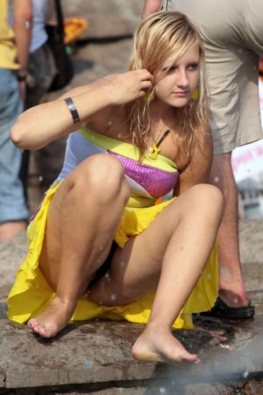 【ミニスカ】短いスカートのパンツモロ見え女さんがこちらですwwww(60枚)・25枚目