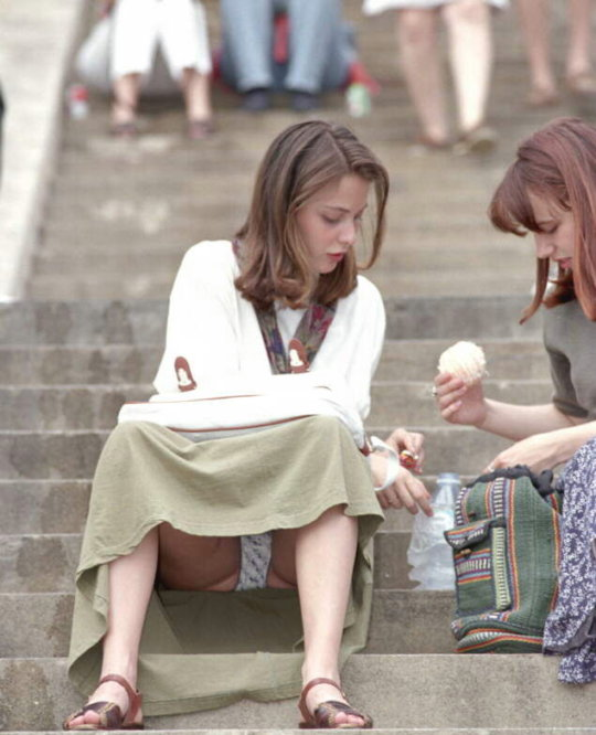 【ミニスカ】短いスカートのパンツモロ見え女さんがこちらですwwww(60枚)・36枚目