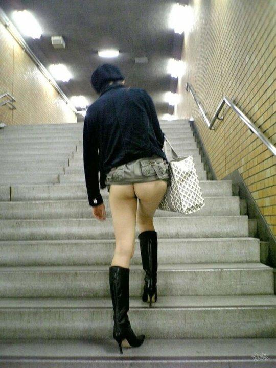 露出狂のプロ女さん、駅のホームでもお構いなしです・・・・・(エロ画像)・45枚目
