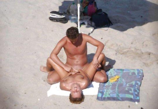 """""""ヌーディストビーチ""""でフェラ・セックスしてる女たち、ルールどうなってんの??(454枚)・57枚目"""