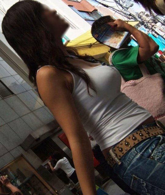 タンクトップのエロい海外女子が普通に街中にいるってヤバくない?wwwww(121枚)・110枚目