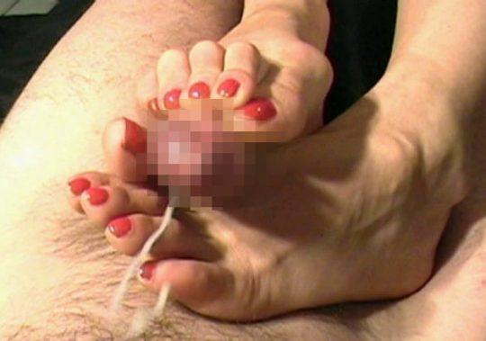 """【足コキプレイ】足でチンコを弄られるというのが癖になりそうな屈辱的プレイ""""足コキ""""のエロ画像・8枚目"""