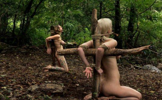 """【奴隷美女】世界中で未だ密かに開催されてる""""奴隷オークション""""の人身売買エロ画像・5枚目"""