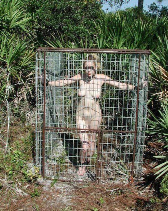 """【奴隷美女】世界中で未だ密かに開催されてる""""奴隷オークション""""の人身売買エロ画像・24枚目"""