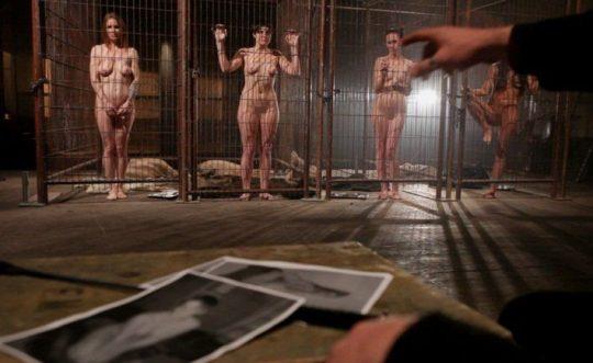 """【奴隷美女】世界中で未だ密かに開催されてる""""奴隷オークション""""の人身売買エロ画像・25枚目"""
