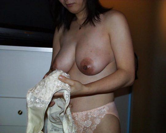【BBA着替え】昼間のラブホでありがちな不倫セックス後のオバサン着替えエロ画像・19枚目