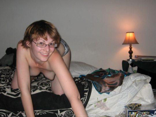 """【眼鏡美女】地味な顔立ちの割に身体つきは地味ではない""""眼鏡おっぱい""""を持つ外国人ネキのエロ画像・8枚目"""