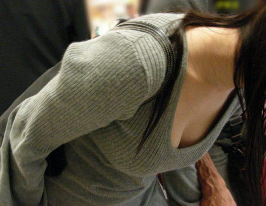 【おっぱい盗撮】胸元大きく開いたシャツで前屈み、盗撮してくれと言わんばかりの素人エロ画像・12枚目