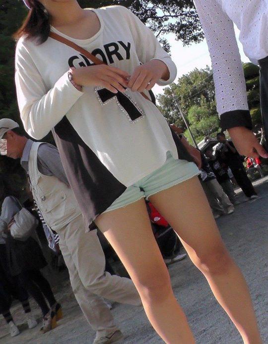 """【生足盗撮】街で見かけたら思わずスマホ構えちゃう""""美脚美少女""""の盗撮エロ画像・25枚目"""