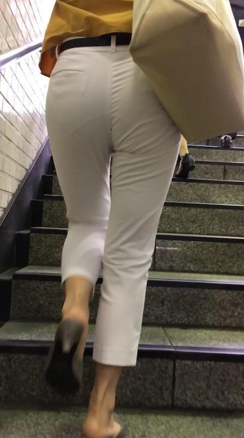 """【透けパンエロ】ぴったりパンツで下着が透けちゃってる女の子を撮った""""透けパン盗撮""""のエロ画像・10枚目"""