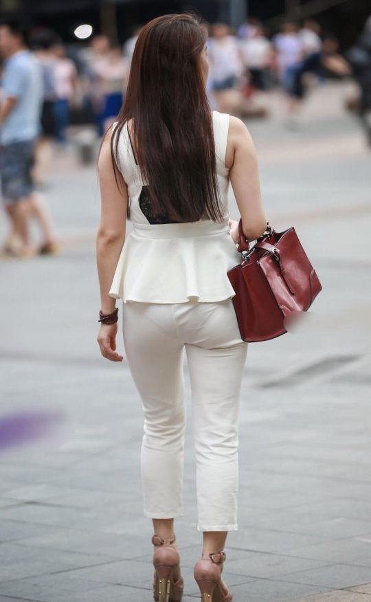 """【透けパンエロ】ぴったりパンツで下着が透けちゃってる女の子を撮った""""透けパン盗撮""""のエロ画像・12枚目"""
